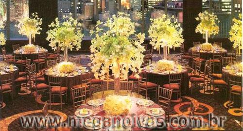 Para casamentos realizados à noite, pode-se combinar o amarelo com